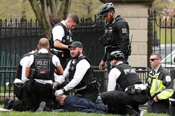 Мужчина на инвалидной коляске пытался поджечь себя у Белого дома