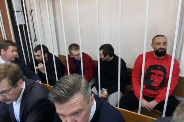 Суд продлил арест всем задержанным в Керченском проливе украинским морякам