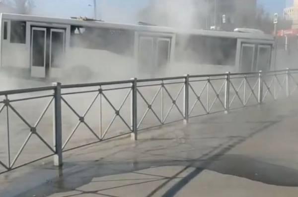 На юге Петербурга автобус с пассажирами попал в промоину с кипятком
