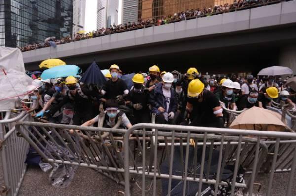 Полиция Гонконга применила газ в столкновениях с демонстрантами – СМИ