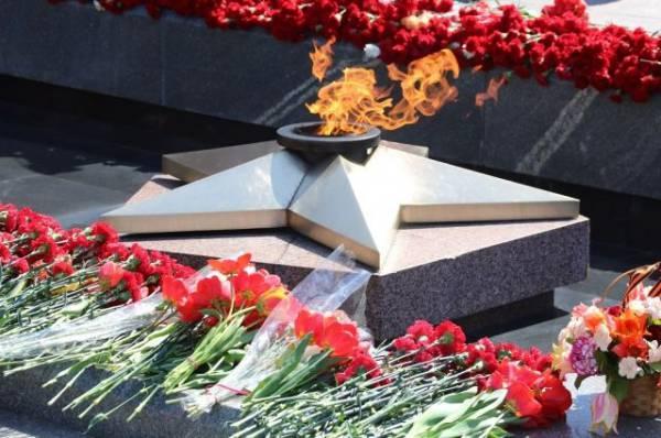 В Свердловской области дети сожгли венки у Вечного огня