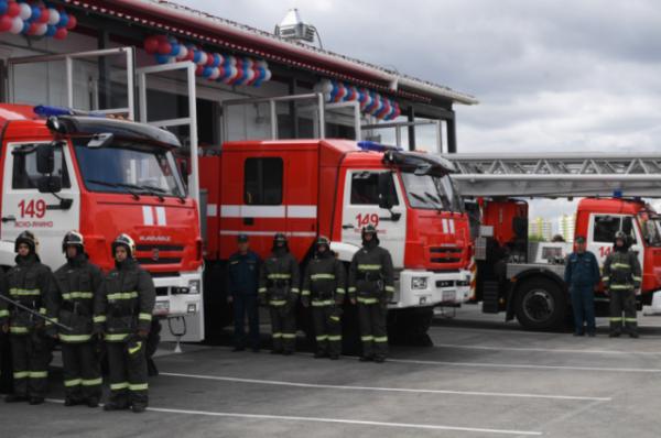 Пожарные спасли троих детей из горящей квартиры в центре Москвы