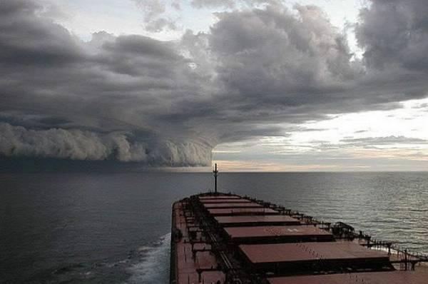 Циклон «Умберто» усилился и получил статус урагана