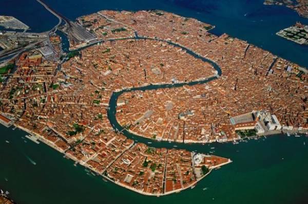 Турист в Венеции ударил гондольера, запретившего сделать селфи