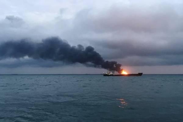 Экипажу горящей плавбазы «Петр Житников» удалось запустить двигатель