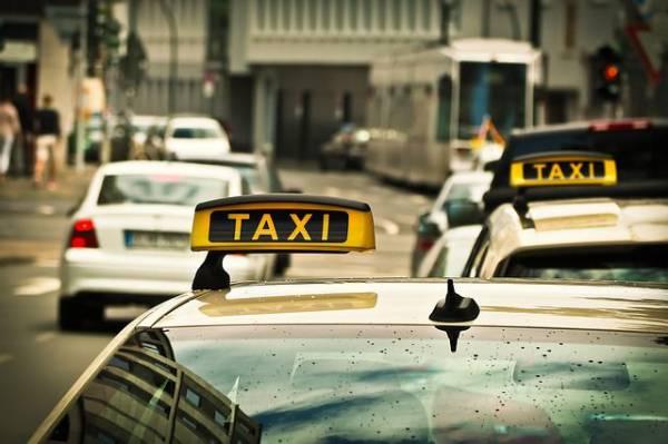В Москве пьяный мужчина устроил драку с водителем такси