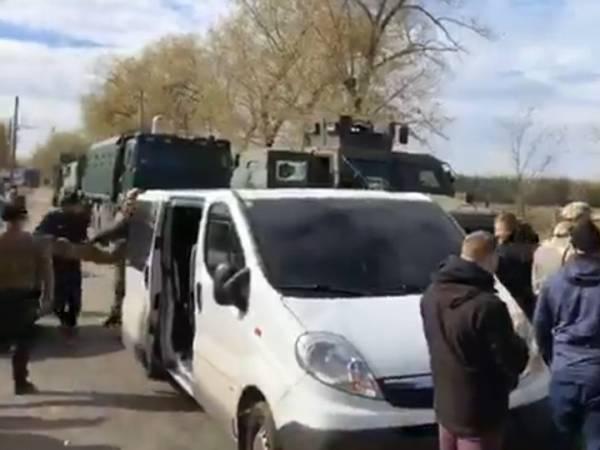 Колонна радикалов со стрельбой прорвалась через КПП в Донбасс