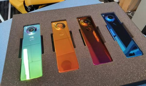 Глава Android Энди Рубин показал новый и крайне необычный смартфон Gem