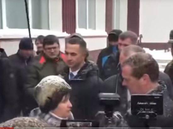Пенсионерка встала перед Медведевым на колени в Барнауле