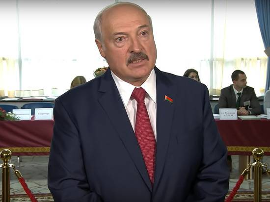 Лукашенко заявил, что Россия должна предоставлять оружие Белоруссии бесплатно