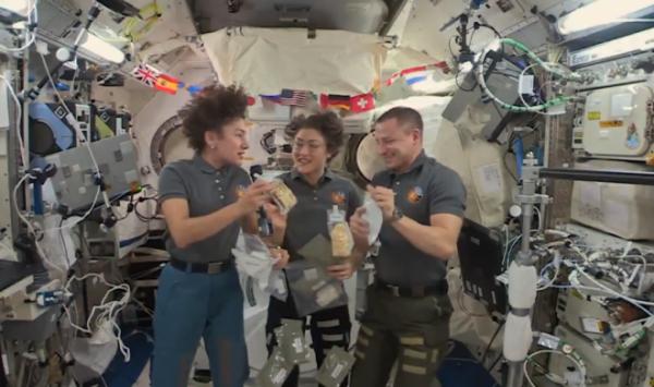 Что было в праздничном меню астронавтов МКС в День благодарения