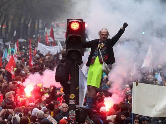 Реформы Макрона погрузили Францию в хаос: забастовки охватили всю страну