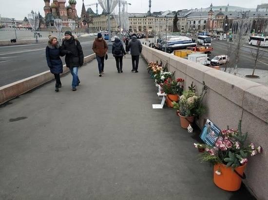«Народный мемориал» Бориса Немцова вернули на место гибели политика