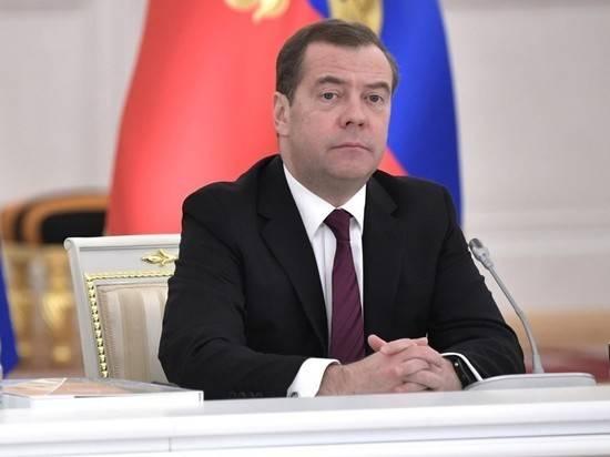 Медведев похвалил членов отставленного правительства