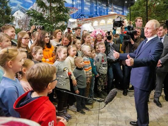 Мальчишки повисли на шее у Путина: игры с президентом