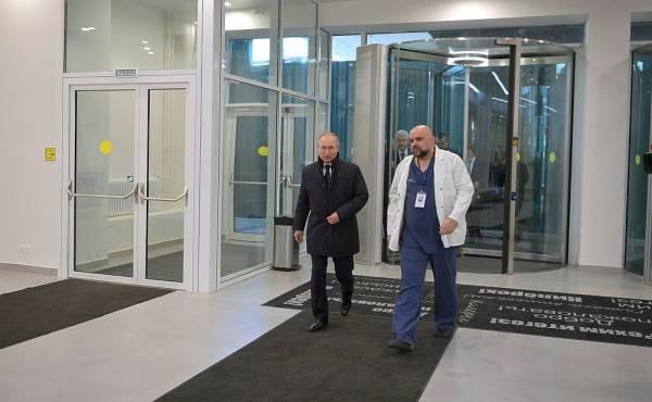 Песков прокомментировал обнаружение коронавируса у врача, жавшего руку Путину