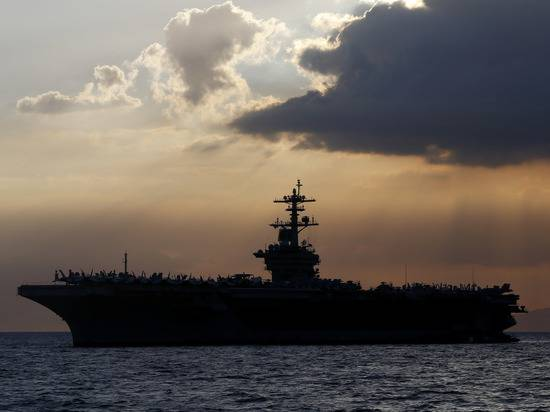 Пентагон отказал команде зараженного американского авианосца в эвакуации