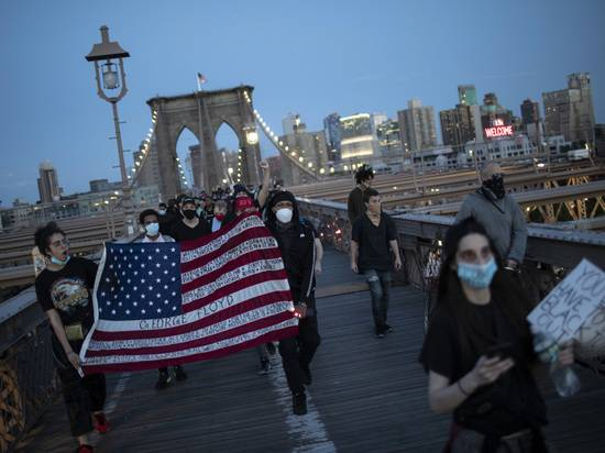 Эксперты предрекли США вторую волну коронавируса из-за протестных акций