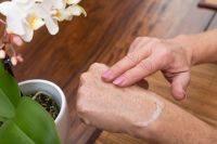 Как защитить руки при мытье посуды в холодной воде? Советы дерматолога
