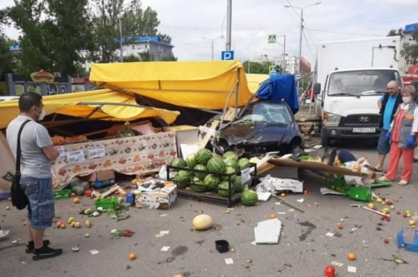 В Омске восемь человек пострадали при наезде машины на павильон