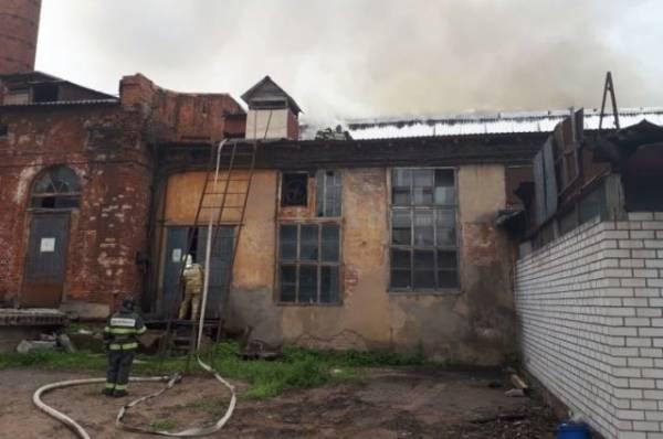 В Подмосковье потушили пожар в здании текстильной фабрики