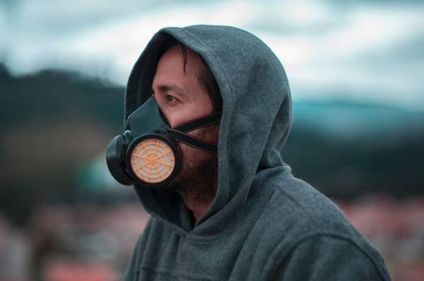 «Вирус никуда не делся». Почему важно продолжать носить маски?