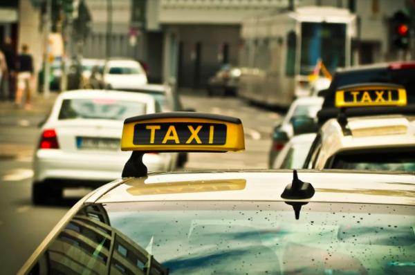 Пассажир ранил ножом водителя такси в Москве