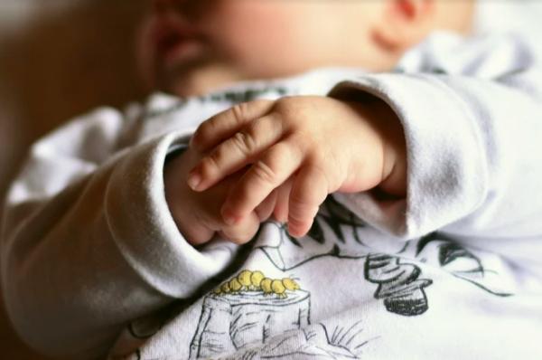 Под Новосибирском мать бросила новорожденного ребенка на остановке