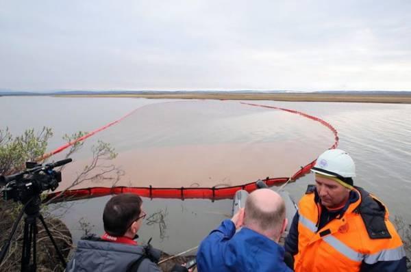 Власти Литвы закрыли балтийские пляжи Клайпеды после нефтяного загрязнения