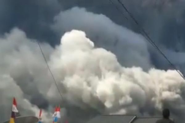 В Индонезии вулкан Синабунг выбросил столб пепла высотой пять километров