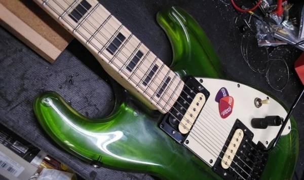 Стильные жидкостные гитары меняют цвет за считанные минуты