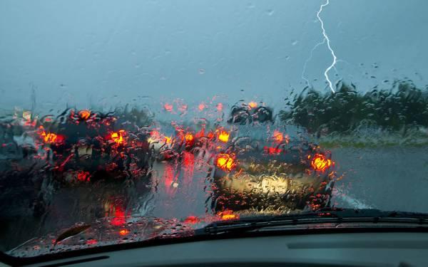 8 советов опытному водителю (то есть вам), как ездить в дождь