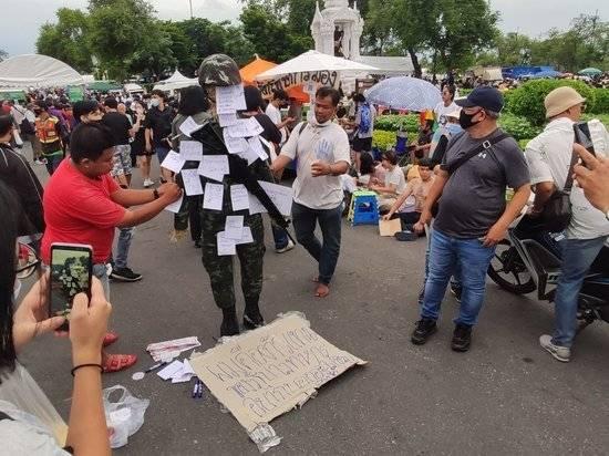 Протестующие в Бангкоке потребовали у короля Таиланда реформировать монархию