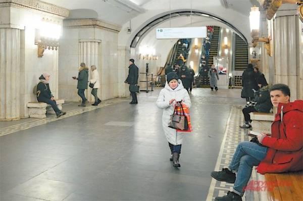 В московском метро женщина погибла, упав на рельсы