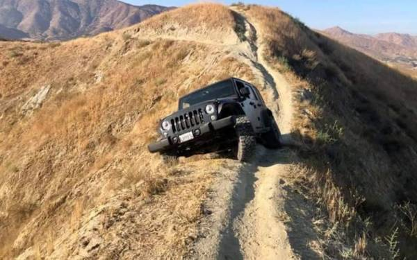 Чем круче джип, тем... Этот Jeep застрял на скале