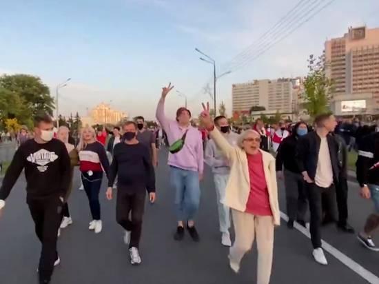 Протестующие в Минске стекаются к стеле