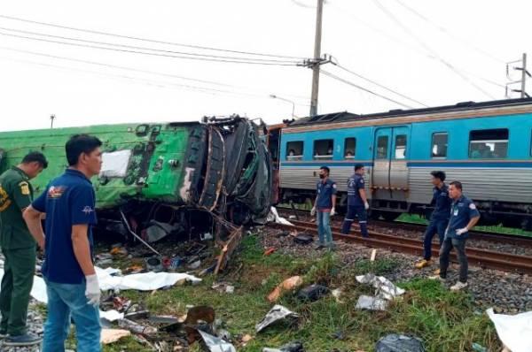 20 человек погибли при столкновении автобуса с поездом в Таиланде