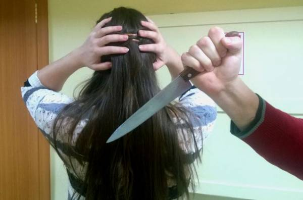 В Алтайском крае мужчина напал на девушек с ножом на улице