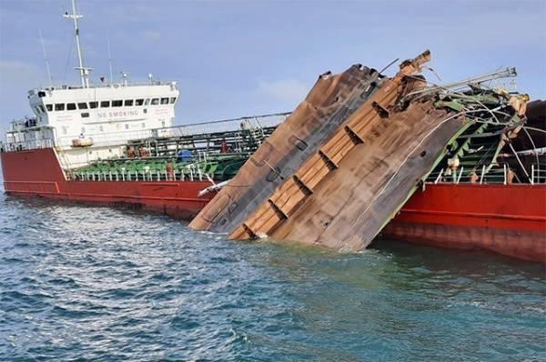 Поврежденный взрывом танкер в Азовском море доставлен в порт в Крыму