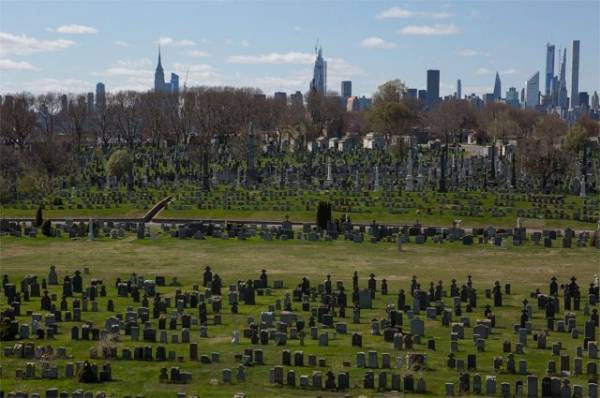 «Чистилище» в Бруклине. Почему Нью-Йорк не может похоронить жертв СOVID-19?
