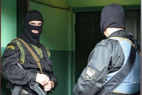 В Петербурге мужчина угрожает убить своих детей, заперев их в квартире