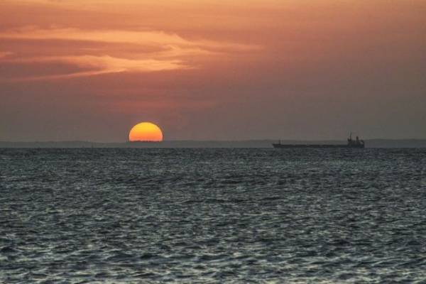 Нефтяной танкер подорвался на мине в Красном море
