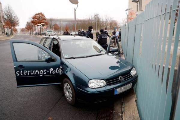 В Берлине пока не рассматривают инцидент у офиса Меркель как теракт