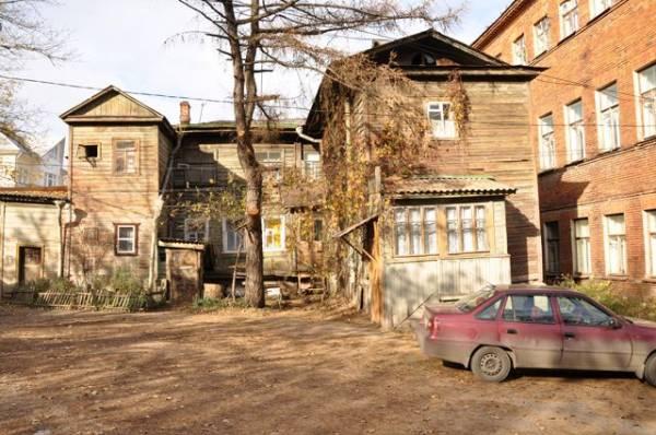 В Ростове две пенсионерки провалились сквозь пол своей квартиры в подвал