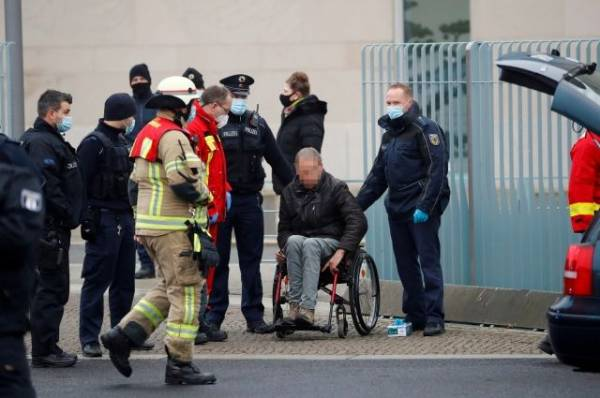 Въехавший в ворота офиса Меркель уже пытался их протаранить шесть лет назад