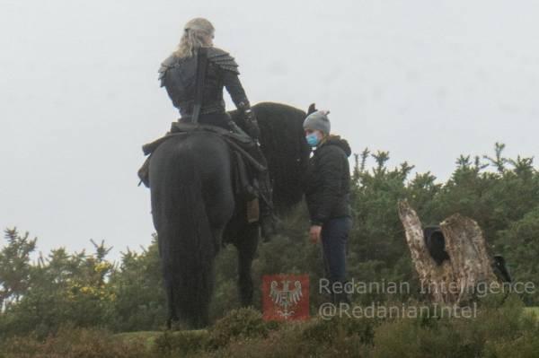 """Плотва погибла? Генри Кавилл и новая лошадь на свежих кадрах со съемок сериала """"Ведьмак - 2 сезон"""""""
