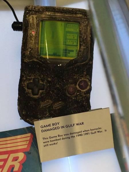 Бессмертная классика: Консоль Nintendo Game Boy пострадала от бомбардировки, но все еще работает