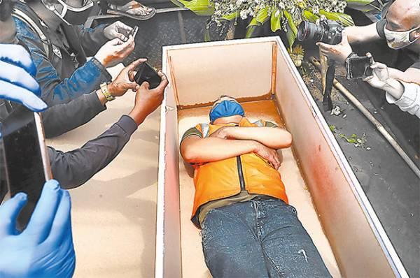 В какой стране за отказ носить маску заставляют копать могилы?