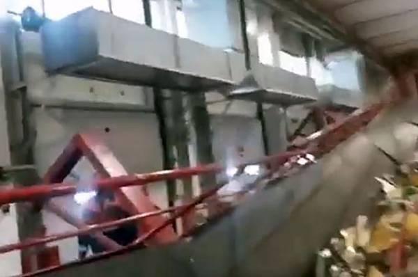 В Подмосковье фрагмент пешеходного моста обрушился на ж/д пути