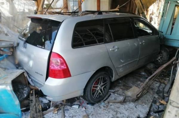 В Приморье автомобиль врезался в частный дом